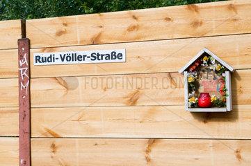 Berlin  Deutschland  Rudi-Voeller-Strasse mit einem Heiligenschrein fuer Lukas Podolski