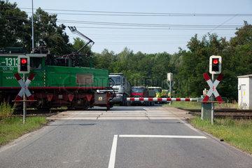 Boxberg  Deutschland  Gueterzug an einem beschrankten Bahnuebergang