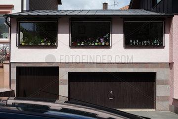 Pirmasens  Deutschland  Blumentoepfe und Pokale in den Fenstern eines Einfamilienhauses