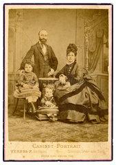 Portraet einer Familie  Siebenbuergen  um 1872