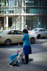 Berlin  Deutschland  eine Reinigungsfrau wartet darauf abgeholt zu werden