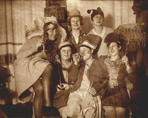 Frauen bei Faschingsfeier 1927