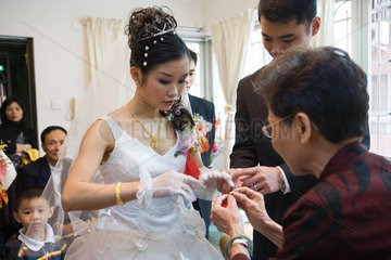 Chinese wedding  giving of jewelry to the bride