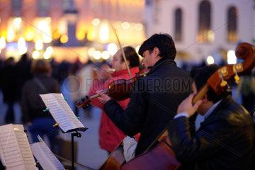 Muenchen  Deutschland  Strassenmusikanten auf dem Marienplatz