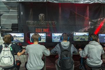 Posen  Polen  Besucher auf der Poznan Game Arena spielen Computerspiele