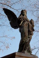 Berlin  Deutschland  Grabengel auf dem Friedhof am Suedstern