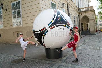 Lemberg  Ukraine  Jungs posieren vor einem uebergrossen Modell des adidas Tango 12