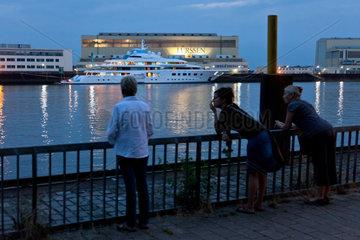 Bremen  Deutschland  eine Luxusjacht vor der Luerssen-Werft
