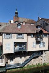 Arbois  Frankreich  Wohnhaus am Fluss Cuisance