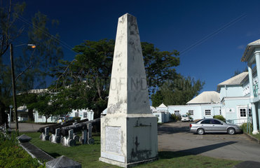Holetown  Barbados  alte Kanonen und das Holetown Monument