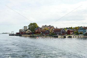 Houses and docks built along bay
