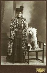 Hundebesitzerin  Pudel  um 1909