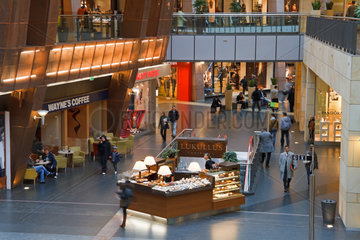 Warschau  Polen  der Einkaufskomplex Goldene Terrassen (Zlote Tarasy)  das groesste Einkaufszentrum Polens