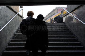 Warschau  Polen  Passanten und eine bettelnde Person an einer Treppe
