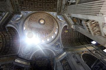 Vatikanstadt  Staat der Vatikanstadt  Lichteinfall in der Kuppel des Petersdom