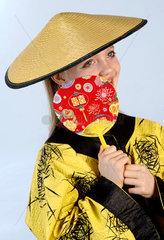 Maedchen verkleidet als Chinesin  Fasching