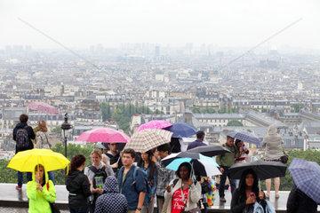 Paris  Frankreich  Touristen mit Regenschirmen auf dem Huegel von Montmartre