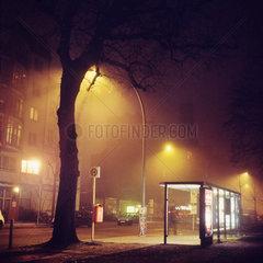 Berlin  Deutschland  Bushaltestelle und Strassenlaternen bei Nacht und Nebel