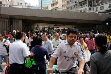 Hongkong  China  Passanten an einer Strassenkreuzung in Tsuen Wan