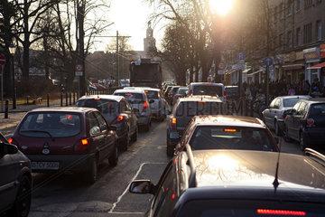 Berlin  Deutschland  Rushhour auf der Breite Strasse