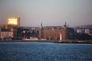 Istanbul  Tuerkei  der Bahnhof Haydarpasa im gleichnamigen Stadtteil