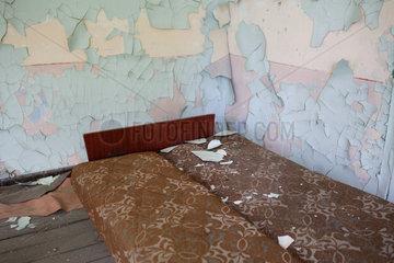 Gross Doelln  Deutschland  altes aufgeklapptes Sofa in einer ehemaligen Kaserne