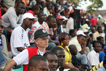 Carrefour  Haiti  Zuschauer beobachten die Eroeffnungsfeier des Deutschen Feld Hospitals