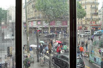 Paris  Frankreich  belebte Strassenkreuzung bei Regen