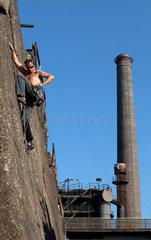 Duisburg  Deutschland  ein junger Mann im Klettergarten des Landschaftsparks Duisburg-Nord