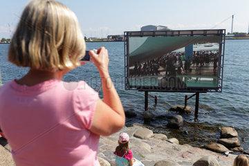 Kopenhagen  Daenemark  Touristin fotografiert das Live-Bild der Kleinen Meerjungfrau