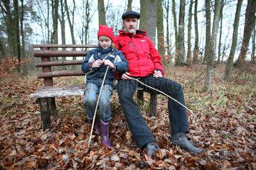 Prangendorf  Deutschland  Vater und Tochter sitzen auf einer Bank
