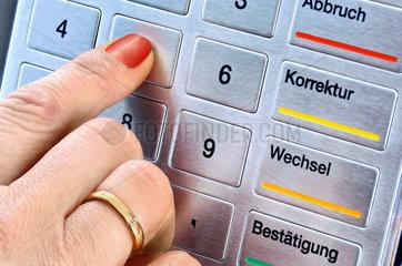 Geheimzahl eintippen am Geldautomaten