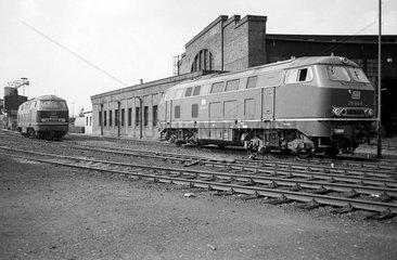 Gelsenkirchen  BRD  Diesellokomotive der Baureihe 150 vor dem Lokschuppen des BW Gelsenkirchen