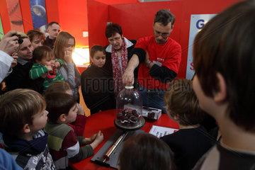 Potsdam  Deutschland  Menschen verfolgen gespannt ein Experiment mit Schaumkuessen