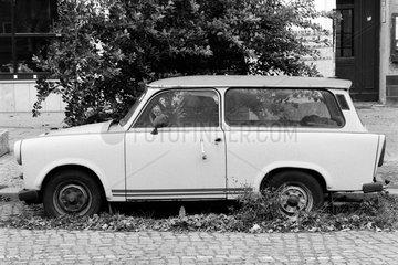Berlin  Deutschland  zerstoerter Trabant parkt am Strassenrand