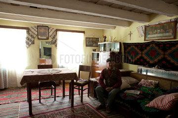 Birthaelm  Rumaenien  Roma in seinem Wohnzimmer