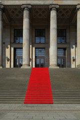 Berlin  Deutschland  Roter Teppich auf den Treppenstufen am Konzerthaus am Gendarmenmarkt