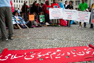 Berlin  Deutschland  protestierende Iraner vor dem Brandenburger Tor