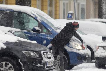 Berlin  Deutschland  eine Frau befreit ihr Auto vom Schnee