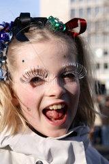 Berlin  Deutschland  verkleidetes Maedchen auf einem Karnevalszug