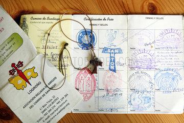 Berlin  Deutschland  der Pilgerausweis und das Jokobskreuz einer Pilgerin des Jakobswegs