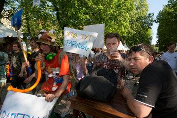 Lemberg  Ukraine  junge Leute persiflieren mit absurden Nonsens-Parolen die Politik
