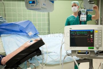 Deutschland  Krankenhaus  ein Patient liegt im Operationssaal