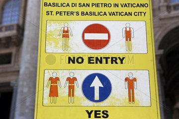 Vatikanstadt  Staat der Vatikanstadt  Hinweisschild zur Kleiderordnung im Petersdom