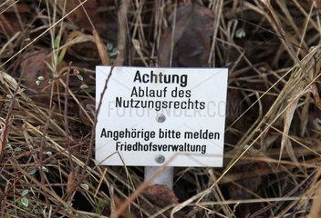Berlin  Deutschland  Schild ueber den Ablauf des Nutzungsrechts einer Grabstelle