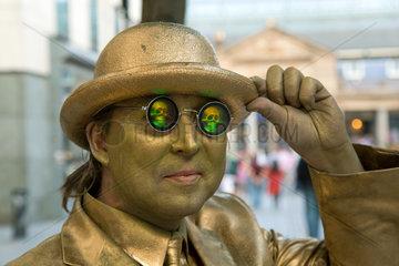London  Grossbritannien  ein golden angemalter Schausteller mit Holographie-Brille