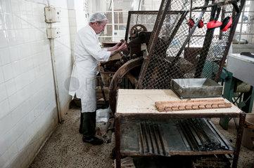 Berlin  Deutschland  Gerhard Hamann an der Borkenmaschine in der Erich Hamann Schokoladenmanufaktur