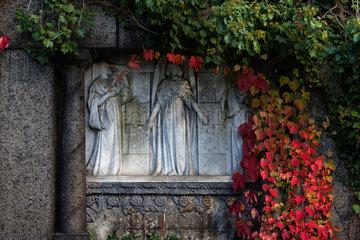 Berlin  Deutschland  Herbststimmung auf dem Friedhof Grunewald