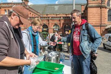 Bremen  Deutschland  Die Bremer Suppenengel verteilen Essen an Beduerftige