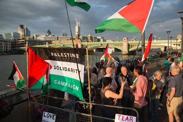 London  Grossbritannien  Solidaritaetsdemonstration fuer Palaestina an der Suedseite der Themse